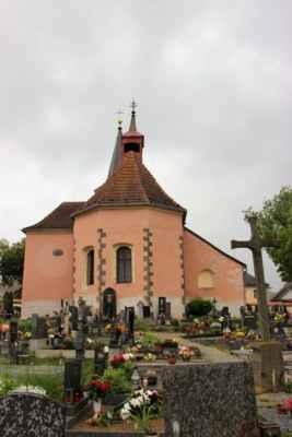 Lažiště - pohled na hřbitovní kostel sv. Mikuláše, původně románský kostel byl založen ve 2. čtvrtině 13. století, časem proběhly barokní úpravy a jeho zařízení pochází z 18.-19. století.