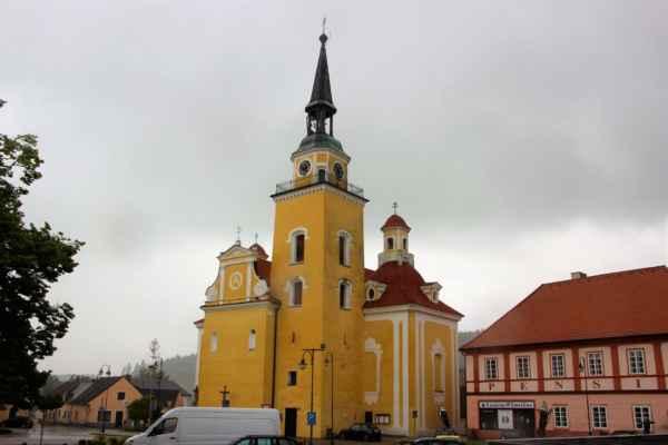 Pohled na kostel Zvěstování Panny Marie, raně barokní kostel z let 1659 - 1669. Roku 1735. rozšířen o boční kaple svatého Jana Nepomuckého a svaté Barbory.