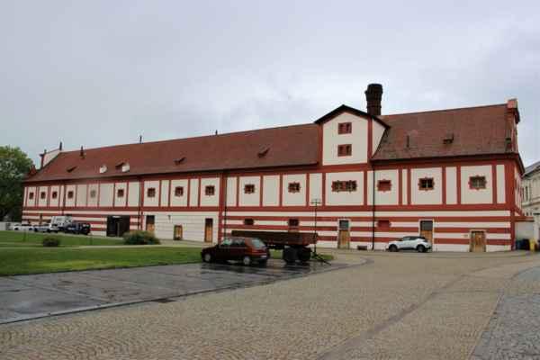 Pohled na bývalý Herbesteinový pivovar, pochází z konce 17. století. Výroba piva byla v roce 1924 ukončena, budovy jsou kulturní památkou.