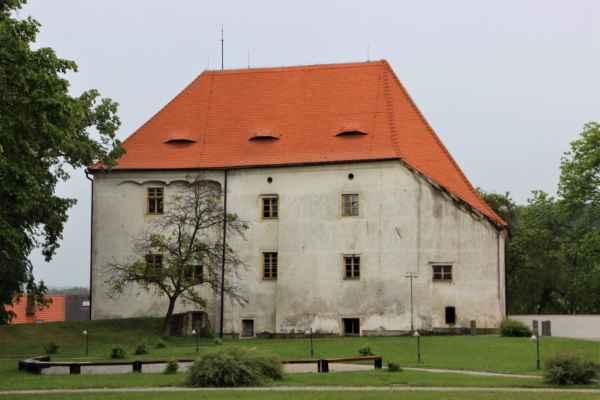 Zámek Vlachovo Březí je dvoupatrová budova, pochází ze 17. století, byl postaven na místě původní tvrze. Koncem 18. století byla zahájena barokní přestavba. Po roce 1948. byl v péči Státního statku. Objekt je nepřístupný.