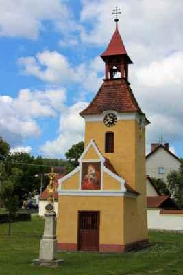 Drahonice - pohledy na kapli Navštívení Panny Marie, datována do 1. poloviny 19. století. (národní kulturní památka)