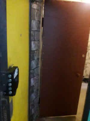 Bezpečnostní dveře u pronajatého bytu.
