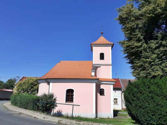Kaple sv. Jana a Pavla  Zrekonstruovaná kaple s věží pochází z roku 1822