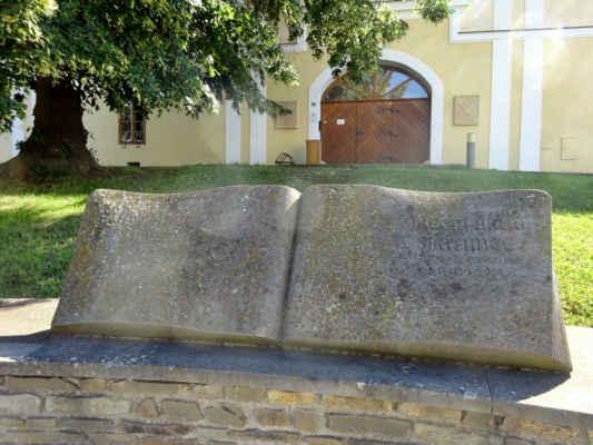 První písemná zpráva pochází z roku 1207. Obec se nachází v nadmořské výšce 247 metrů. Poskytování služeb Czech POINTu.
