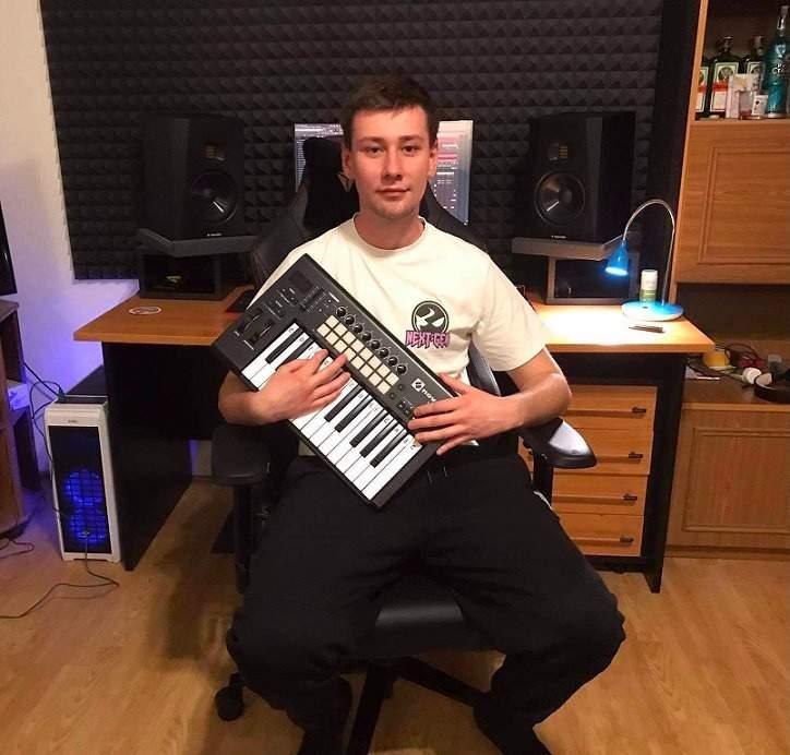 DJ Skolashnikov ve svém studiu. Zdroj: Archiv Daniela Školníka