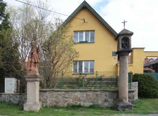 Zvonička s socha sv. Floriána na návsi v Kašicích.