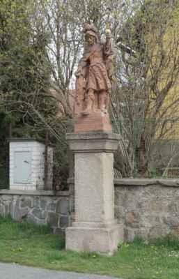 Tady opravdu nemají tradičního sv. Jana Nepomuckého, ale sv. Floriána. Proč, to se mi nikde nepodařilo dohledat.