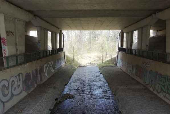 Podjezd pod dálnicí od Průhonic. Odtud jsem to vzala na Újezd a přes Milíčovský les na Háje a do metra, protože to mrazivé počasí opravdu docela mrazilo.