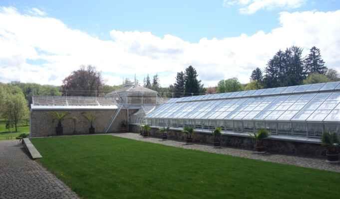 První zastávkou byl palmový skleník, který poblíž zámku nechali ve druhé polovině 19. stol. vybudovat Fürstenberkové, kteří zámek vlastnili do roku 1921.