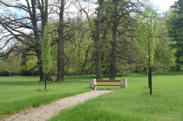 """Těchto tzv. """"prezidentských"""" laviček je rovněž autorem J. Plečnik a po parku je jich rozmístěno víc."""