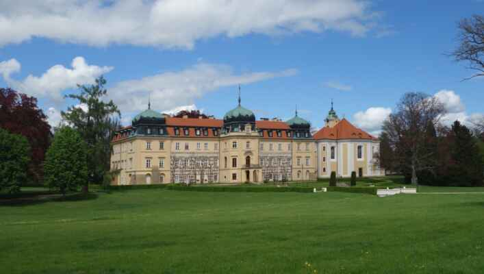 Bylo deštivo, tak padla volba na návštěvu zámeckého parku v Lánech. Moje první... Zámecký park byl založen kolem roku 1770 u lánského zámku. Současnou podobu mu vtiskl Josip Plečnik.