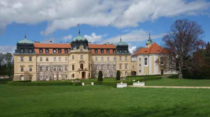 Barokní zámek je v současné době uzavřen, protože tu momentálně dlí prezident Zeman. Všechny přístupové cesty střeží vojenské hlídky. První lovecký zámeček tu nechal postavit císař Rudolf II. v 16. století. V 17. století byl pak zámek upraven barokně a od roku 1921 je majetkem státu a oficiálním letním sídlem našich prezidentů. Zámek je nepřístupný, prohlídky se konají pouze v kostele Největšího Jména Ježíš. V současné době jsou ale přerušeny. Holt covid... a prezident...