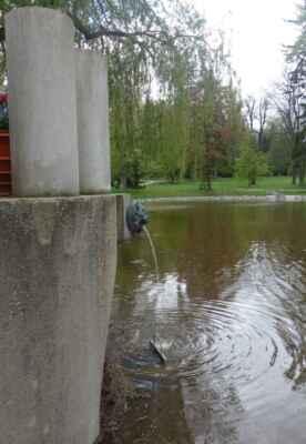 Z té pak voda proudí do poslední lví hlavy nad rybníkem.