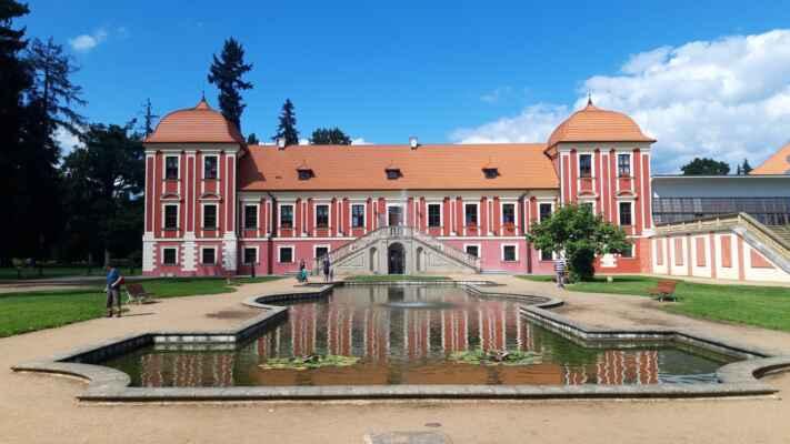 Palác princů v Ostrově - Za současnou podobu zámku můžeme poděkovat toskánským vévodům, kteří ho v průběhu 19. a 20. století přestavěli a rozsáhle upravili.