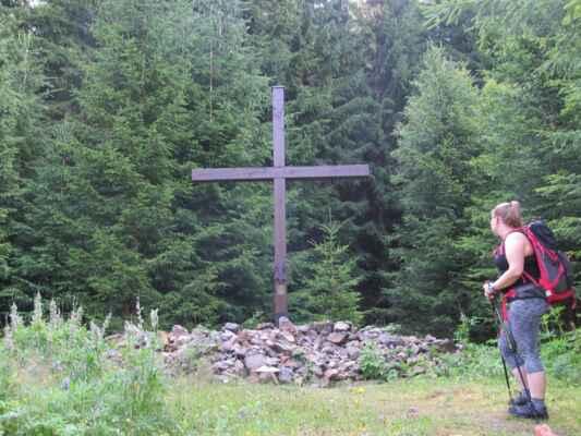 Jáchymovské peklo - Skautský kříž - Sedmimetrový dřevěný kříž se skautskou lilií a nápisem a postupně vršenou kamennou mohylou na paměť vězňů komunistického režimu - vězněných, mučených a popravených skautů.
