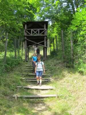 """Jáchymovské peklo - Mauthausenské schody - Na 260 schodů nazývaných """"Mauthausenské"""" spojovalo trestanecký tábor Svornost (Eintracht) s dolem Svornost v koridoru z ostnatých drátů umístěném ve velmi strmém svahu."""