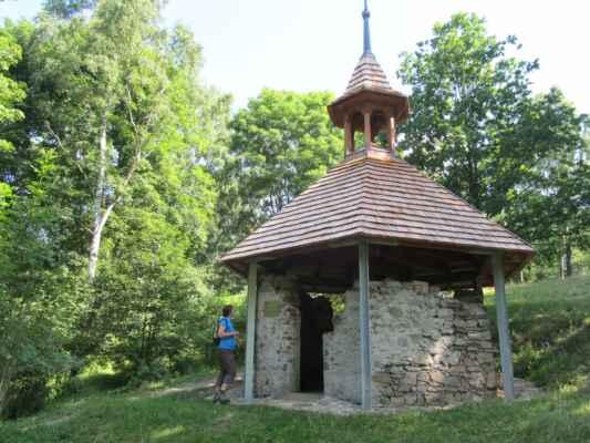 Kaple v bývalé vsi Popov - Obec dnes připomínají pouze památné stromy a ruiny budov. Důvodem zániku obce byl odsun obyvatel německé národnosti.