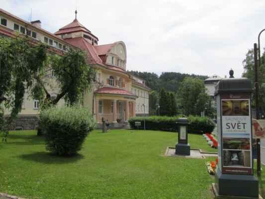 Lázeňský areál v Jáchymově - Jáchymovské lázně se specializují na léčbu onemocnění pohybového aparátu a poruch látkové výměny.