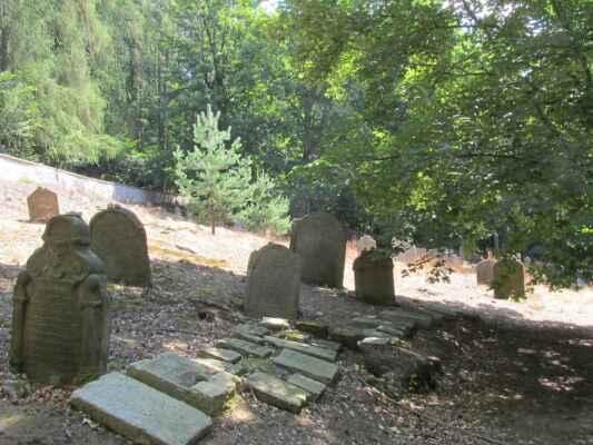 Židovský hřbitov v Hroznětíně - Existoval pravděpodobně již v 15. století, odkdy je v Hroznětíně doloženo židovské osídlení.