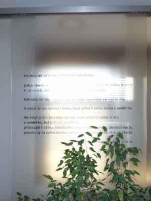 Bohužel, skleněná tabule s textem evangelia je proti oknu.