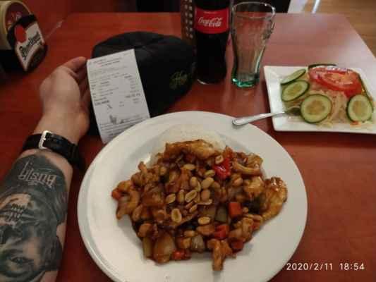 """Lasardopictures 2020 - Ahoj lidičky ;-) Ju Feng Yuan,restauraci v Plzni já osobně mám moc rád. Vaří tam skvěle. Je to tam chutné a skvělé no prostě boží a mají dobré ceny. Měl jsem tam dne 11.2.2020, Kuře""""KungPao""""+rýže,Coca colu a zeleninový salát za 166 Kč. Doporučuji všem Kuřecí KungPao u Ju Feng Yuan v Plzni. * Dne: 11.2.2020 Plzeň/úterý/166 Kč * Fotograf: D'J.Tamáš LasardoPictures * Fotoaparát: Xiaomi Redmi Note 8 lite. * All Rights Reserved Photo: LasardoPictures * IMG_20200211_185442.jpg   fotoaparát: Xiaomi, MI 8 Lite   datum: 11.02.2020 18:54:42   čas: 1/17 s   clona: f/1.9   ohnisko: 3.9 mm   ISO: 800 »*« * www.sisiangelswhitegabriela.estranky.cz * www.forest1981.estranky.cz * JT81 R.I.P hudba - www.youtube.com/playlist?list=PLALJeiPjfjpZFiG27SmrhQfsdprHyB4Dc   »*« #LasardoPictureS #TJ81Fotografie #Rýže #ju #Mrbustatattoo #Tattoo #Tamáš #DLD #DPT #JuFengYuan #Restaurace #vPlzni #čínská #cocacola #zeleninovýsalát #kuře #kungpao »*«  WiFi Dne: 11.2.2020 od svejk_host v Riegrové ul.,v Plzni."""