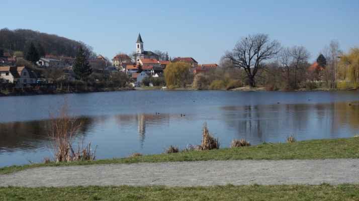 """Klasika - Libocký rybník zvaný """"Libočák"""" s Libockým kostelíkem sv. Fabiána a Šebastiána."""