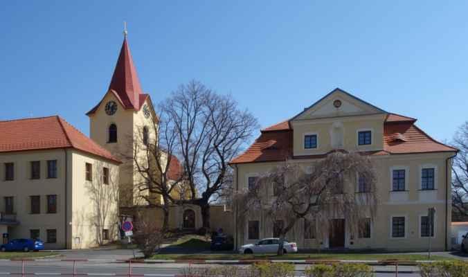 Obraz Panny Marie na mariánském sloupu je obrácen směrem k faře. Vedle ní stojí kostel sv. Jakuba. Ten byl původně zbudován v románském slohu ve 13. stol. R. 1631 jej vypálili Švédové a Sasové, při obnově v letech 1662-63 byla přistavěna věž. Později byl několikrát upravován. Hlavní oltář pochází z r. 1736.