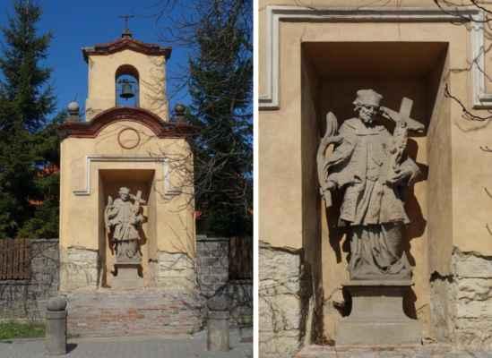 Výklenková kaplička z počátku 19. stol. s barokní sochou sv. Jana Nepomuckého. Na počátku 20. stol. byla dostavěná zvonička, která nahradila původní zvoničku stojící do té doby na návsi a byl do ní umístěn zvon s reliéfem sv. Václava z r. 1816. Původní zvon byl za 2. světové války rekvírován. Po válce byl pořízen nový zvon, který je ve zvoničce až do současnosti.