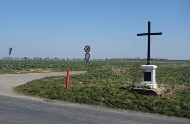 U tohoto křížku opouštím silnici Hájek - Úhonice. Jsem na nejvyšším bodě dnešního výletu. Odteď už pojedu jen a pořád s kopce :o)))