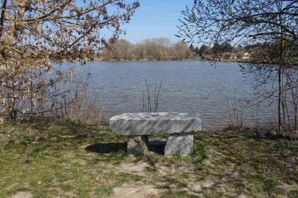 Nádhera. Klid, ticho a sluníčko. Co víc si člověk může přát. Kolem rybníka je upravená odpočinková zóna, takže je pravděpodobné, že se tady v létě dá i koupat. A to jsem si myslela, že takový rybník už v našem Západním PříPraží není.