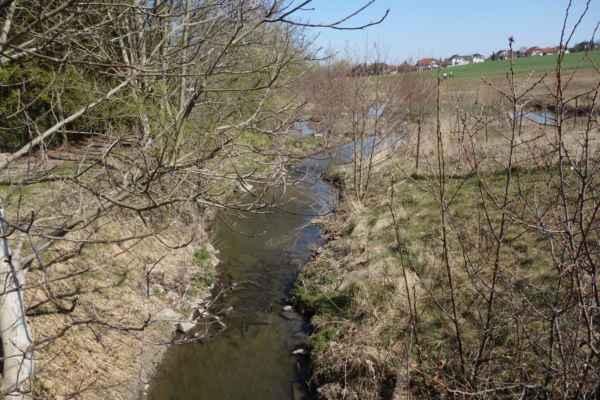 Náměstím končí úpravy v okolí potoka, takže dál je zase otázka kudy...