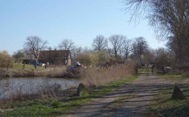 Stavení na břehu rybníka je bývalý Peterkův mlýn. Dnes už by tu mlýn nehledal nikdo.
