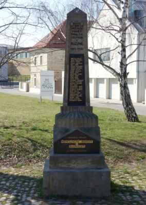 Pomník obětem 1.SV na Starém náměstí v Ruzyni.