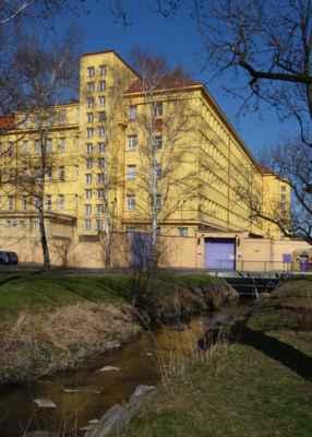 Nelze přehlédnout ani věznici v Ruzyni. Litovický potok pod ní na chvíli mizí pod zem do potrubí.