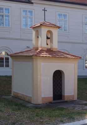 Výklenková kaplička se zvoničkou - byla postavena kolem roku 1800 uprostřed návsi. Zvonem se vyzvánělo v případě mimořádných událostí.
