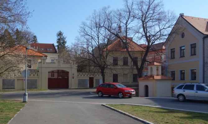 V rohu je brána k Vokovickému zámečku - ta růžovobílá budova.