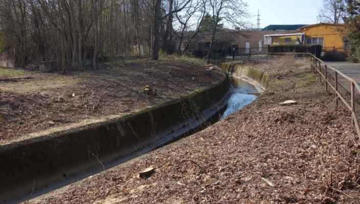 Nevzhledným betonovým korytem pokračuje Litovický potok dál směrem ke Džbánu.