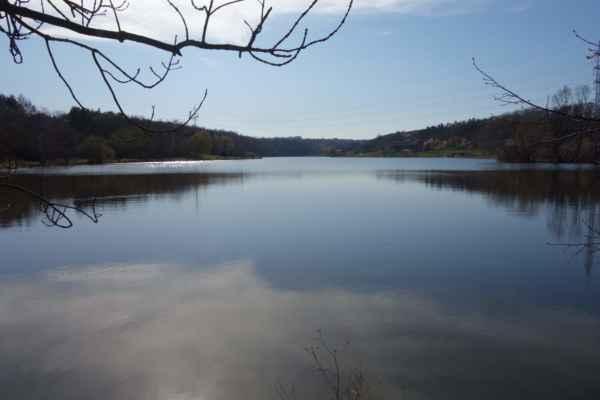 Džbán je po Hostivařské přehradě druhou největší přehradní nádrží s možností koupání v Praze.