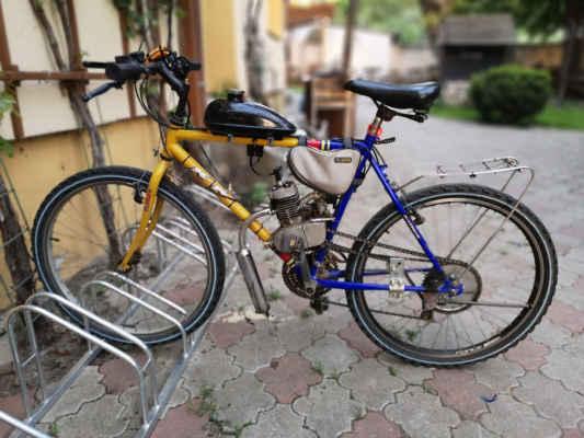 šikovný cyklista si vyrobil toto super motokolo...