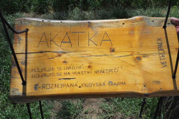 U kapličky je i houpačka Akátka - protože je na stromech akátech. Překvapila nás, o ní jsme nevěděli...