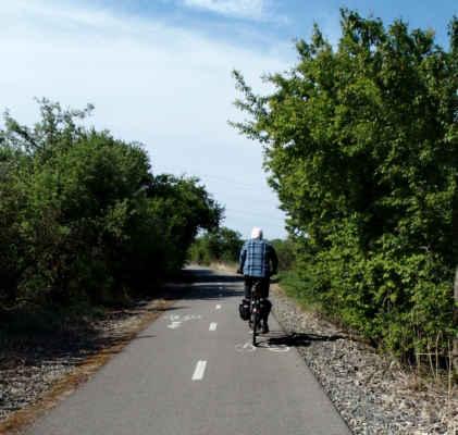 jedeme po cylkostezce Mutěnka do Dubňan na Kamennou bránu Za jízdy fotila Iveta