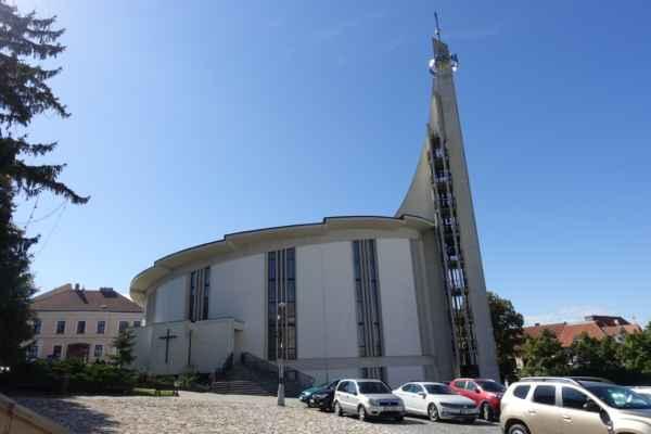 Hustopeče - Nejdřív ta věž vypadala, jako když má výtah, ale tam jsou zavěšené zvony.
