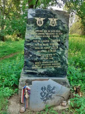 Pomník letecké tragédie, při které 10. listopadu 1998 zahynuli čtyři piloti patřící k 331. letce bitevních vrtulníků v Přerově. Jejich vrtulník havaroval za špatného počasí při cestě z leteckého dne v severoirském Belfastu.