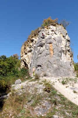 Lom Na Kobyle - Bývalý lom na těžbu narůžovělého vápence v severní části přírodní rezervace Kobyla v CHKO Český kras. Těžbou se odkryly četné krasové jevy, zejména jeskyně s významnými nálezy kostí pravěkých zvířat. V roce 1929 byla těžba ukončena a na unikátním stanovišti se uchytila řada chráněných rostliných i živočišných druhů.