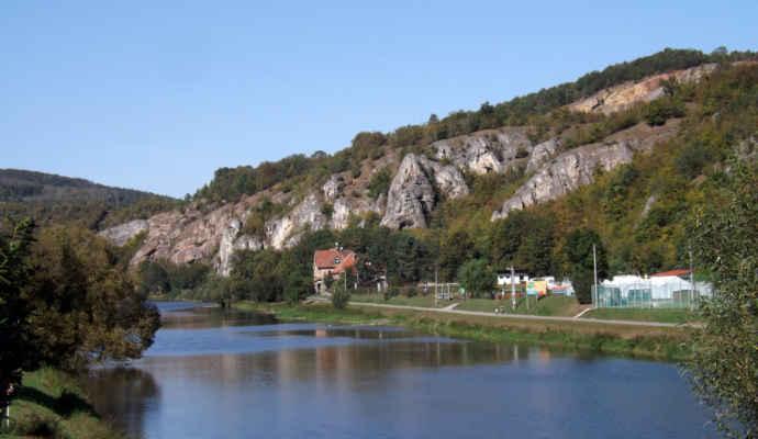 Srbsko - Obec Srbsko se nachází v okrese Beroun ve Středočeském kraji. Její katastrální území se nazývá Srbsko u Karlštejna. Obec se nalézá po obou stranách Berounky v Chráněné krajinné oblasti Český kras, podle toku řeky asi čtyři kilometry za Berounem a čtyři kilometry před Karlštejnem. Žije zde 558 obyvatel.