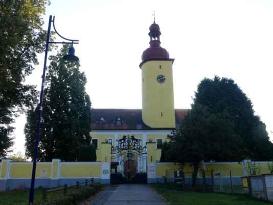 Hrad ve Stráži nad Nežárkou byl založen ve druhé polovině 13. století pány ze Stráže. V roce 1570 vyhořel a později byl přestavěn na zámek v pozdně renesančním slohu. Barokní přestavba proběhla po roce 1715 za Černínů. Zámek je spojen se jménem slavné pěvkyně Emy Destinnové, která zámek zakoupila v roce 1914, a žila zde až do své smrti v roce 1930.