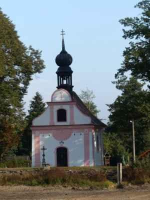 Pístina, kaple sv. Kateřiny na návsi, přizoomovaná přes vypuštěný rybníček.