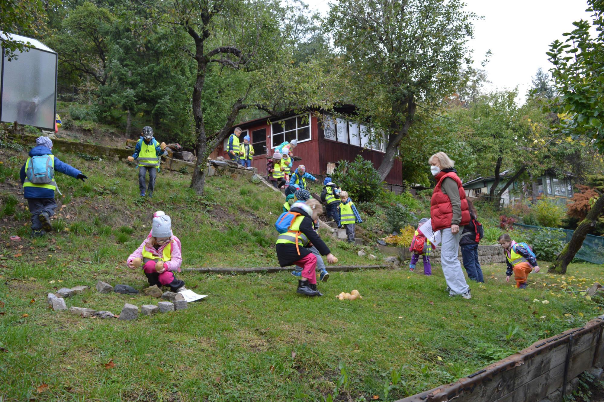 děti v zahrádkářské kolonii hází brambory na cíl