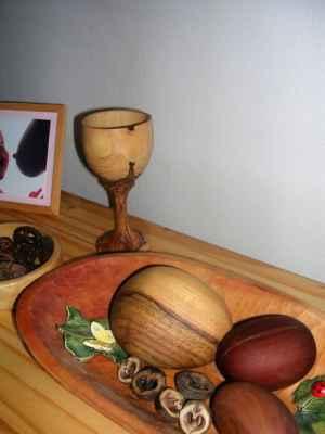 Pohár z olivového dřeva, valouny ořešák, švestka, hrušeň.