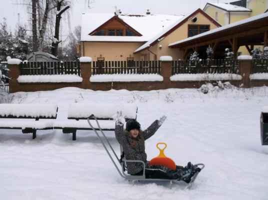 Už napadal sníh, na stráně, kde jsou vleky a uhodil mráz, že zamrzly i řeky, všem řečem navzdory jsou bílé vánoce, zas jedem na hory, je konec výuce. Autor textu: F. Řebíček